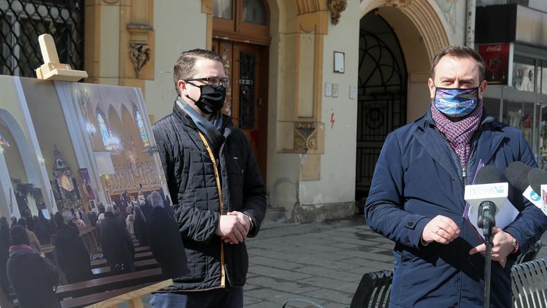 Poseł Lewicy Tomasz Trela (P) oraz sekretarz łódzkiej rady wojewódzkiej Lewicy Grzegorz Majewski (L)