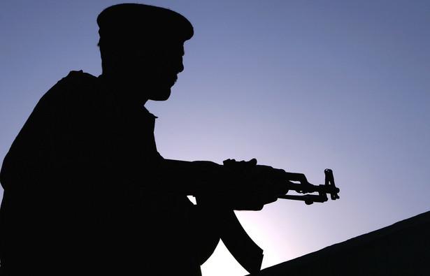 Pakistan od 60 lat prowadzi konflikt z Indiami. Utrzymuje liczną armię i duże zasoby w rezerwach, jak każde państwo które jest zagrożone przez sąsiada. Uznaje się, że Pakistan może w krótkim czasie zmobilizować 1 mln rezerwistów. Co ciekawe w Pakistanie nie ma obowiązku służby wojskowej. Cała siła zbrojna opiera się na żołnierzach zawodowych. Ze względu na ciągłe zagrożenie ze strony Indii armia posiada ogromne poważanie i autorytet wśród społeczeństwa, które chętnie garnie się w jej szeregi. Pakistan ma też arsenał nuklearny