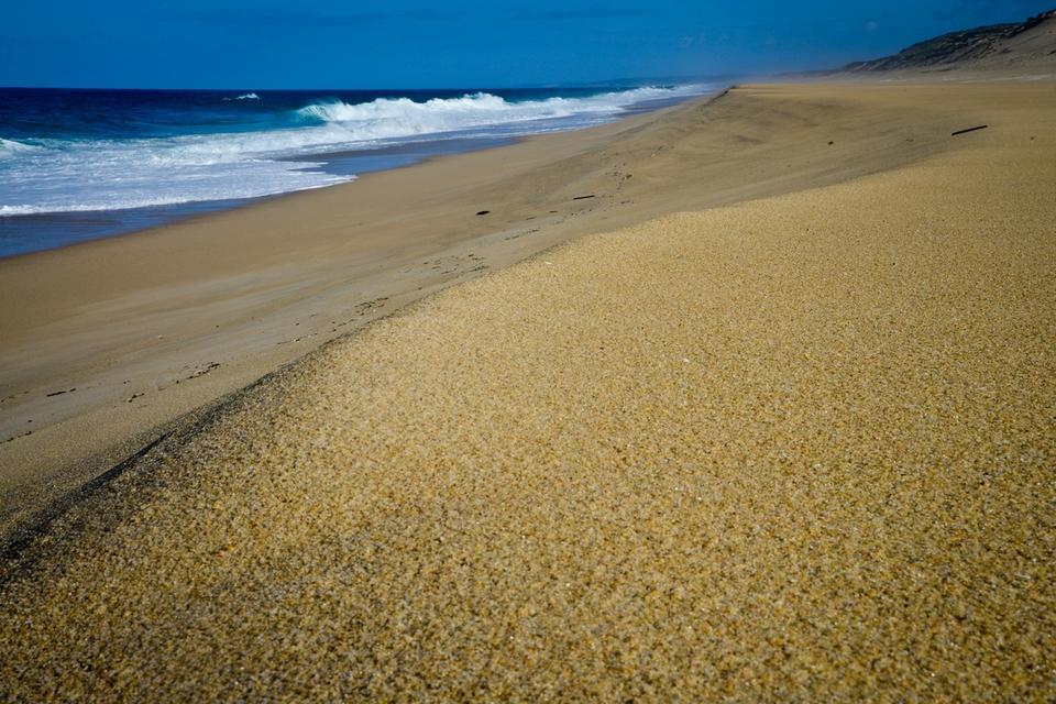 Dzikie i nieodkryte jeszcze przez turystów wybrzeże to długie kilometry olbrzymich piaszczystych plaż, wielkich wydm, klifów i skał