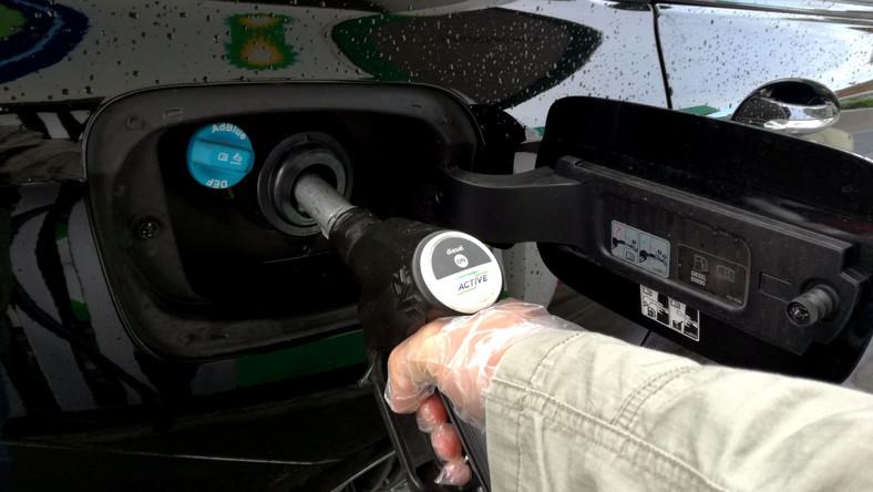 Tankowanie auta na stacji paliw
