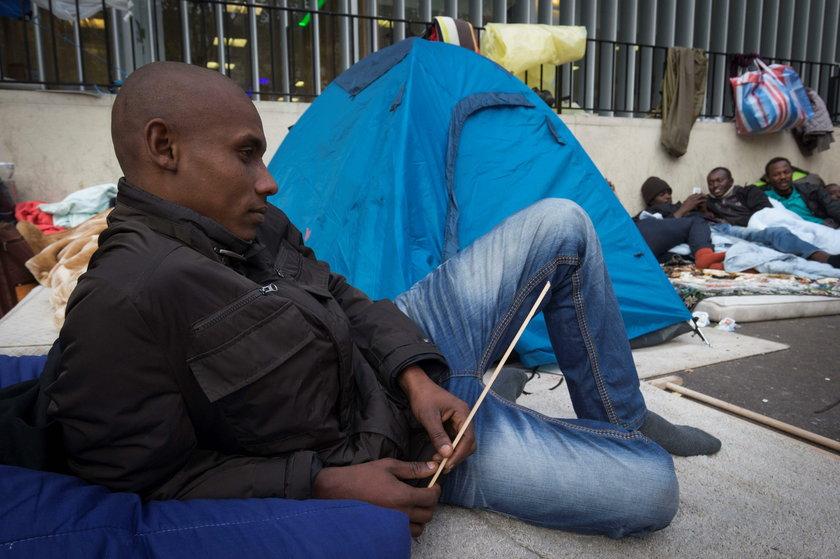 Część uchodźców śpi teraz w namiotach na ulicach Paryża