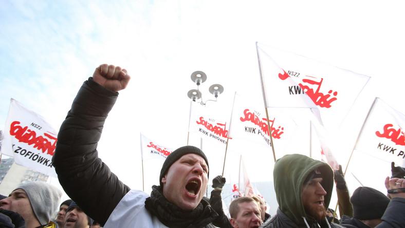 Przed budynkiem spółki zgromadziło się około 2 tysięcy górniczych związkowców. Domagają się oni odwołania prezesa JSW Jarosława Zagórowskiego, którego obarczają za fatalne wyniki finansowe spółki.
