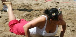 Posłanka PO leży na piasku. Co się stało?