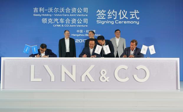 Oficjalne podpisanie porozumienia przez prezesów trzech firm