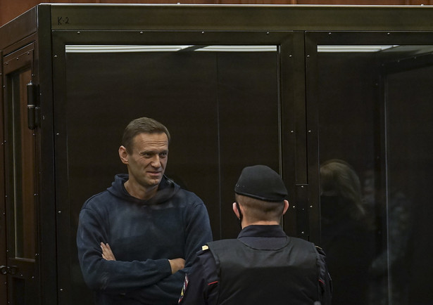 epa08980964 A handout photo made available by Moscow's Citiy Court Press Service shows Russian opposition leader Alexei Navalny (L) standing in the glass cage during a hearing in the Moscow City Court in Moscow, Russia, 02 February 2021. The Moscow City Court will consider on 02 February 2021 the requirement of the Federal Penitentiary Service to replace Alexei Navalny's suspended sentence with a real one. Opposition leader Alexei Navalny was detained after his arrival to Moscow from Germany on 17 January 2021. A Moscow judge on 18 January ruled that he will remain in custody for 30 days following his airport arrest. EPA/MOSCOW CITY COURT PRESS SERVICE HANDOUT MANDATORY CREDIT HANDOUT EDITORIAL USE ONLY/NO SALES EPA-EFE/MOSCOW CITY COURT PRESS SERVICE HANDOUT MANDATORY CREDIT HANDOUT EDITORIAL USE ONLY/NO SALES Dostawca: PAP/EPA.