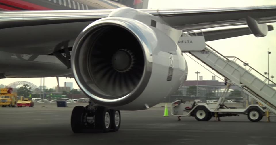757 napędzany jest dwoma silnikami odrzutowymi Rolls-Royce RB211.