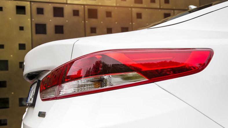 Po pięciu latach produkcji Kia zdecydowała się na rewolucję. Kurtyna poszła w górę i koreański producent wprowadza do Polski drugą generację modelu optima. Nowy model azjatyckiej marki jest pozycjonowany w segmencie D - to oznacza, że zagra w lidze volkswagena passata, forda mondeo i innych podobnej wielkości. Samochód można już zamawiać w polskich salonach. Ceny? Konkurencja nie będzie zachwycona…