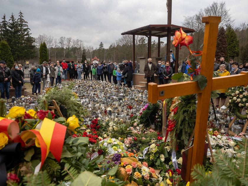 Tysiące fanów odwiedzają grób Krzysztofa Krawczyka w Grotnikach pod Łodzią
