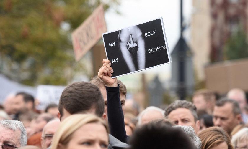Czarny protest przed sejmem. Najmocniejsze transparenty