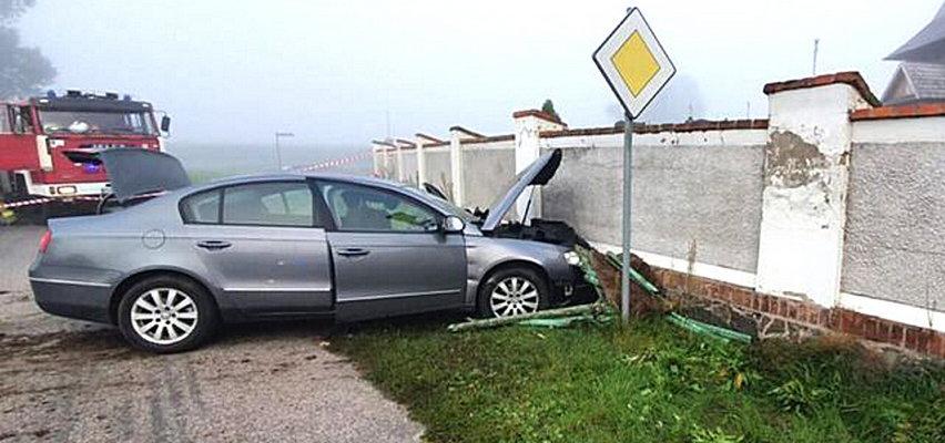 Groźny wypadek w Wielkopolsce. Kierowca zderzył się z cmentarnym murem