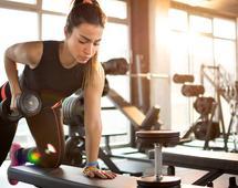 Na siłowni nie warto zapominać o ćwiczeniach z obciążeniem
