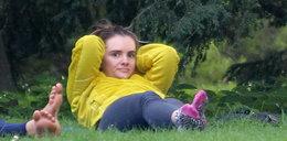 Tak Niklińska gibie się na trawie