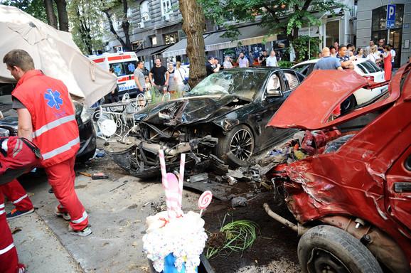 Vozač BMW-a pokosio je ljude koji su sedeli u bašti kafića na Dorćolu
