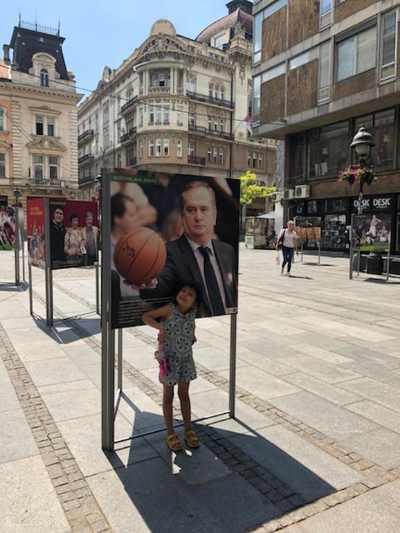 Lana, unuka Božidara Maljkovića, ispred slike predsednika OKS u vreme dok je kao trener radio u Španiji