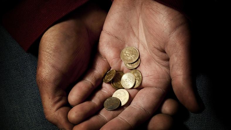 Monety groszowe w dłoni