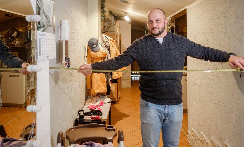 Mieszkańcy Wodzisławia Śląskiego mierzą swoje mieszkania. Ich zdaniem płacą czynsz za wyższy metraż niż zajmują. Grzegorz Grabowski (32l.) inicjator akcji.