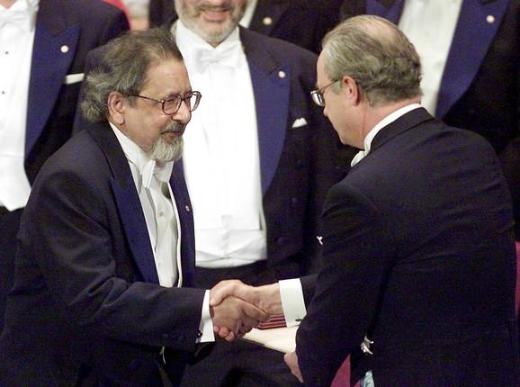 V.S. Najpol prima Nobelovu nagradu od švedskog kralja Karla XVI Gustafa