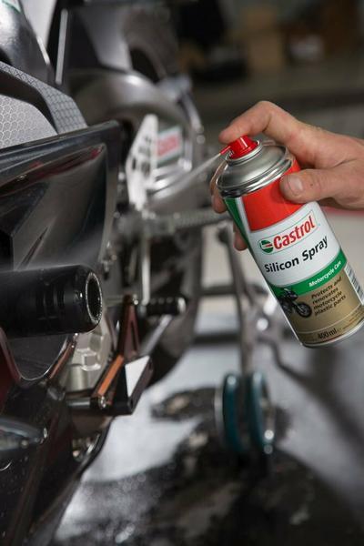 Można również użyć prepratów do czyszczenia i konserwcji części plastikowych motocykla.