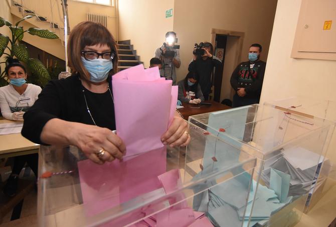 Maja Gojković predaje svoj glasački listić