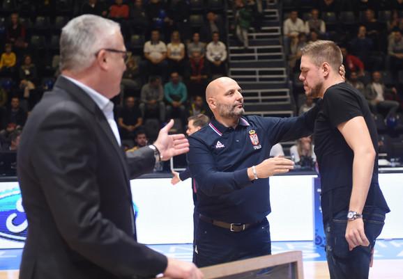Danilović i Đrođević uručuju Štimcu poklon u znak zahvalnosti za urađeno u nacionalnom timu