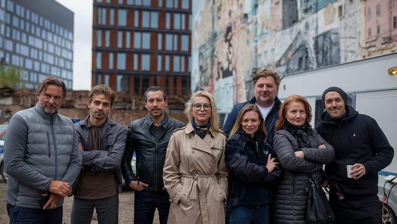 """Katarzyna Bonda i ekipa serialu """"Żywioły Saszy"""""""