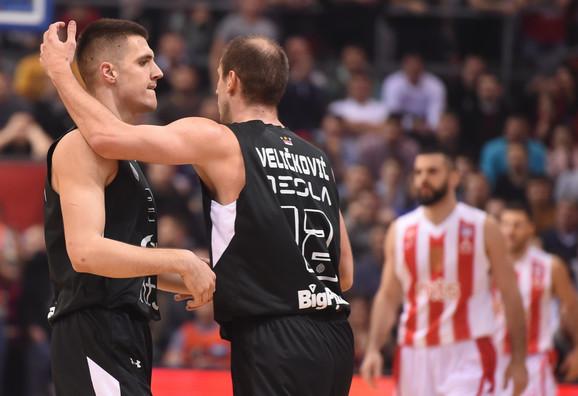 Vanja Marinković slavi sa Novicom Veličkovićem