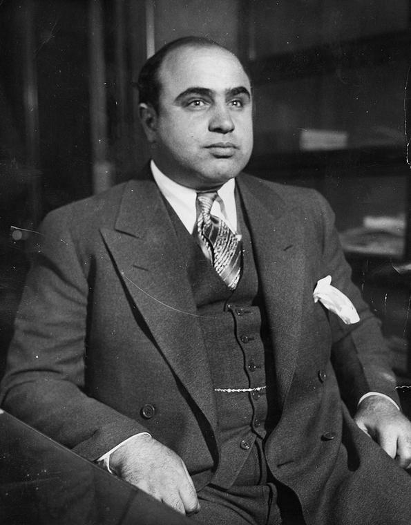 Chicago ery prohibicji było miastem dwóch zaciekle walczących ze sobą gangów: North Side, na czele którego stał O'Banion oraz Chicago Outfit, któremu przewodził Capone (na zdjęciu). Margaret postanowiła związać się z pierwszym z nich. Jednak, o dziwo, była niezwykle skuteczna w eliminowaniu rywali Ala…