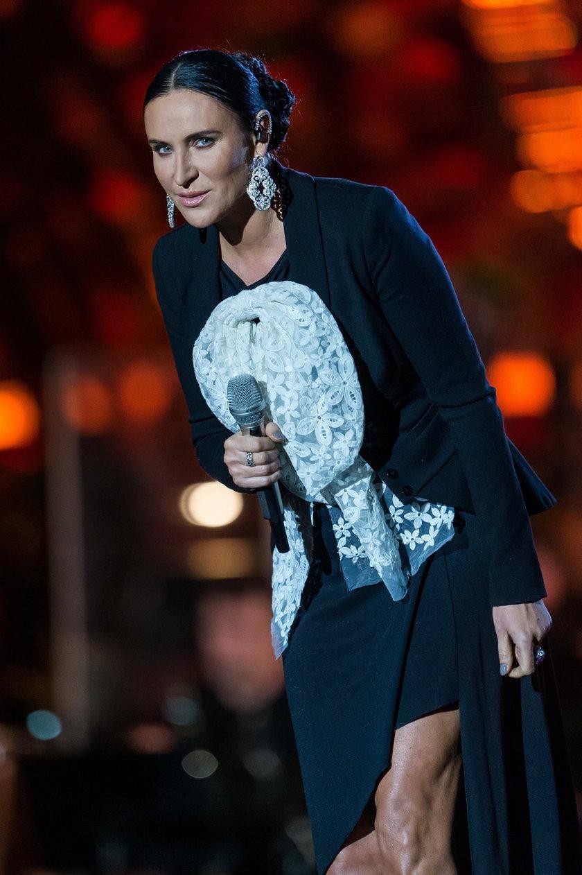 Kayah z mikrofonem na scenie