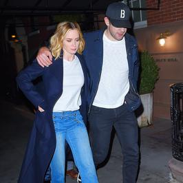 Objęci Emily Blunt i John Krasinski. Wpadli w odwiedziny do Jennifer Aniston i Justina Theroux