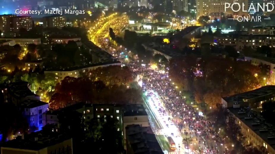 Ujęcia Reutersa z drona pokazują gigantyczną skalę protestów