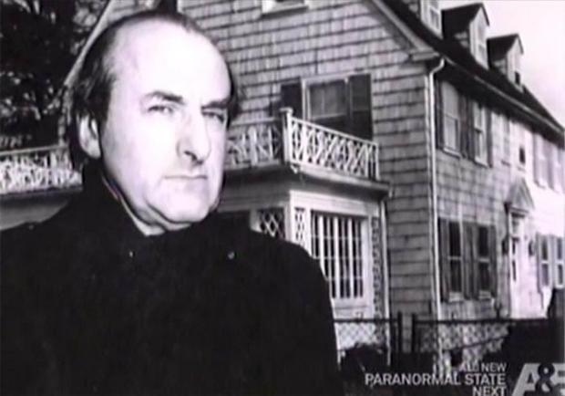 Hans Holzer przed domem w Amityville