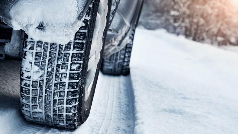 Zima. Samochód na śniegu