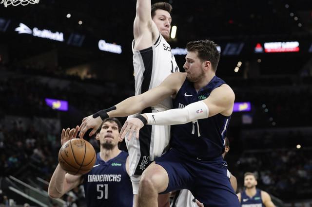 Luka Dončić proigrava Bobana Marjanovića u NBA derbiju Teksasa između San Antonija i Dalasa