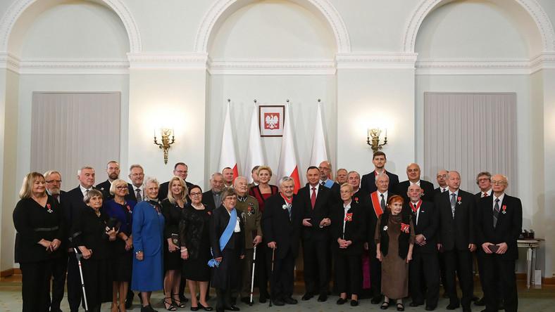 prezydent Andrzej Duda wraz z odznaczonymi orderami i medalami