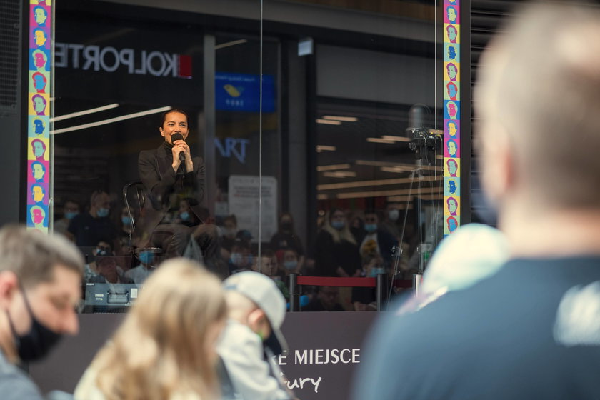 Niezwykły spektakl w sklepowej witrynie w centrum handlowym w Tychach