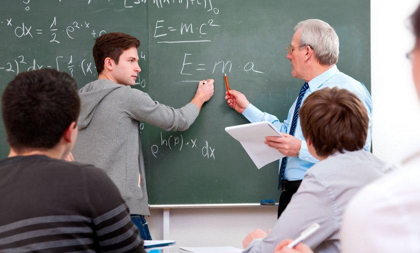 Obecnie średnia krajowa to okolice górnej granicy w zarobkach nauczycieli.