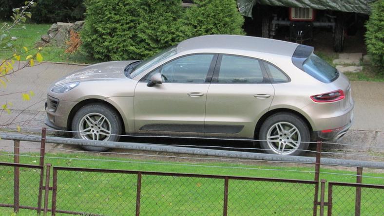 Porsche Macan, którym ma poruszać się ksiądz