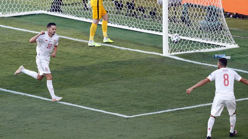 Pablo Sarabia i Koke celebrujący gola zdobytego przez tego pierwszego podczas meczu ze Słowacją