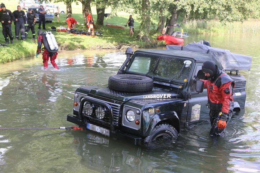 Wjechał autem do jeziora. Chciał odebrać sobie życie?