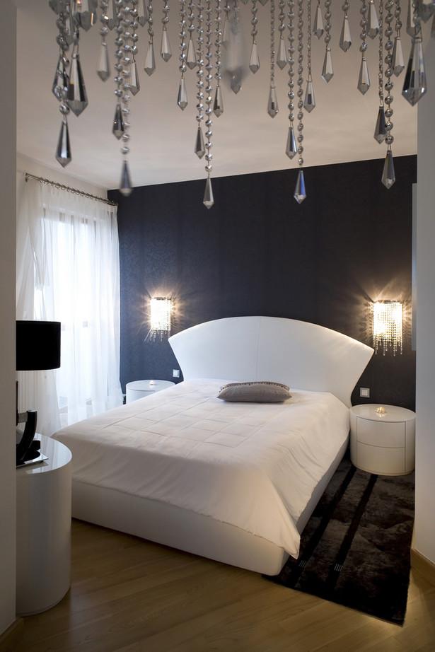 Niewielką sypialnię warto pomalować na biało lub w jasnym, pastelowym odcieniu ponieważ optycznie powiększy to pokój.