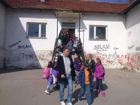 Roditelji odvode decu kući iz škole