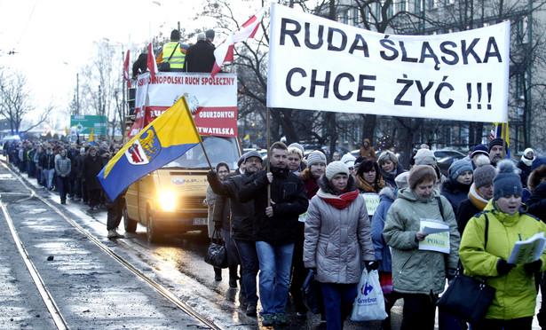 Mieszkańcy Rudy Śląskiej przemaszerowali ulicami miasta w proteście przeciwko likwidacji kopalń, 12 bm. Od kilku dni pod ziemią przebywają górnicy z przeznaczonych przez rząd do likwidacji kopalń: Bobrek-Centrum w Bytomiu, Brzeszcze w małopolskiej miejscowości o tej samej nazwie, Pokój w Rudzie Śląskiej oraz Sośnica-Makoszowy w Gliwicach i Zabrzu. W poniedziałek 12 bm., do protestu przystąpili górnicy z czterech kolejnych kopalń: Chwałowice, Jankowice, Marcel i Rydułtowy-Anna.