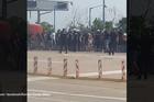 OVO JOŠ NISTE VIDELI Dva minuta krvave tuče navijača Partizana nasred puta /VIDEO/
