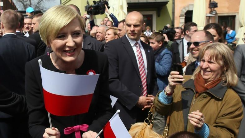 ... Z uśmiechem od ucha do ucha rozdawała dzieciakom flagi. Prawda, że w dobrym humorze wygląda jeszcze lepiej...?