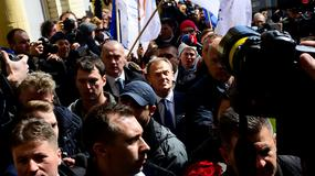Tłum odprowadza Donalda Tuska do prokuratury