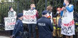 Szokujący protest w Warszawie. Przykuwali się za szyję! ZDJĘCIA