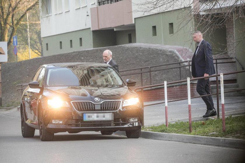 Macierewicz wozi się limuzyną i udaje, że pracuje
