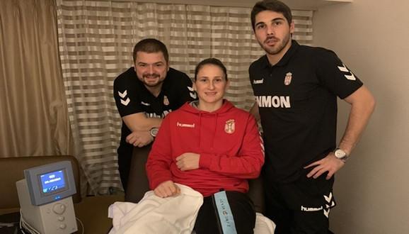 Jovana Stoiljković sa fizioterapeutima Strahinjom Markovićem i Simom Spasevskim