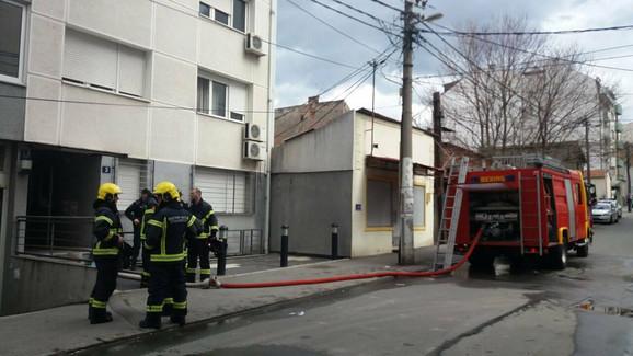 Vatrogasci ispred zgrade u Vojvode Savatija 3