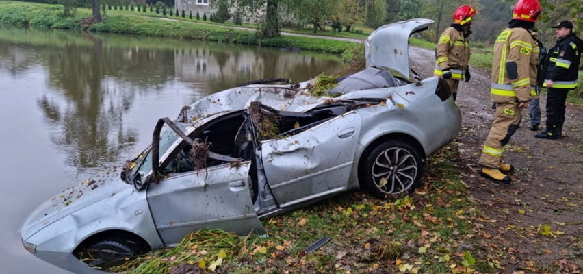Samochód dachował i wpadł do stawu. Czego przestraszył się nastoletni kierowca?